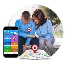 Dječak i djevojčica sjede i zajedno gledaju u pametni sat za djecu. Prikaza je i telefon sa aplikacijom i karta sa ikonicom lokacije.