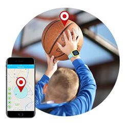 Dječak igra košarku, na ruci ima pametni sat za djecu.