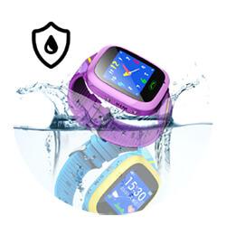 Pametni sat za djecu pada u vodu. Prikazana je vodootpornost sata.